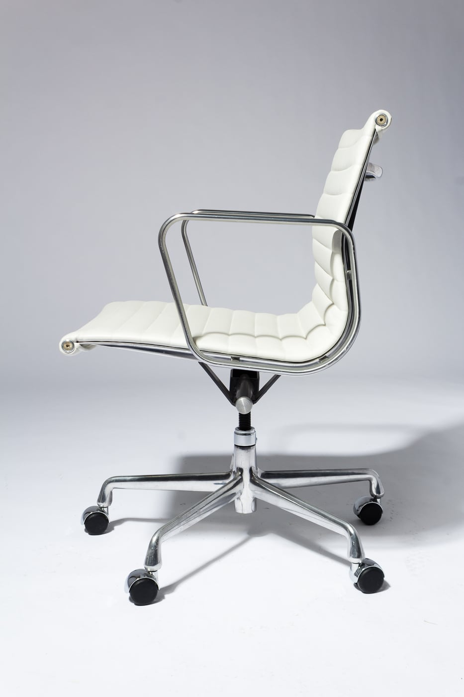 Ch562 Dennis White Leather Rolling Chair Prop Rental